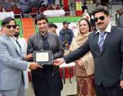 پشاور: ڈائریکٹر جنرل رشیدہ غزنوی مہمان خصوصی ڈسٹرکٹ ناظم عزیز خان کو ..