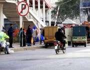 راولپنڈی: ٹریفک پولیس اہلکار کی موجودگی میں لیاقت باغ نو پارکنگ ایریا ..