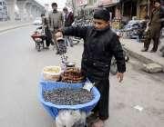 راولپنڈی: کمسن بچہ ہتھ ریڑھی پرکمیٹی چوک میں خشک میوا جات فروخت کر رہا ..