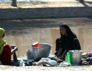 ملتان: خانہ بدوش خواتین نوبہار کینال پر کپڑے دھو رہی ہیں۔