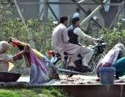 لاہور: خانہ بدوش خواتین نہر کنارے کپڑے دھو رہی ہیں۔