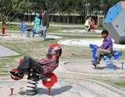 لاہور: مقامی پارک میں بچے جھولوں سے لطف اندوز ہو رہے ہیں۔