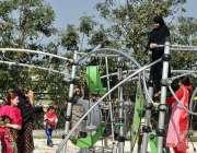 لاہور: مقامی پارک میں بچے اور خواتین جھولوں سے لطف اندوز ہو رہے ہیں۔