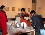 لاہور: نیشنل کالج آف آرٹس میں لڑکیاں ایرانی ثقافت کی اشیاء دیکھ رہی ..