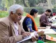 لاہور: باغ جناح میں ایڈ ڈرائنگ ٹیچر کلاس لگائے بیٹھا ہے۔