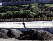 راولپنڈی: نوجوان خطرناک اندا ز سے روڈ پر پتنگ پکڑنے کی کوشش کر رہے ہیں۔