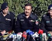 پشاور: ایس ایتس پی تھانہ چمکنی پریس کانفرنس سے خطاب کر رہے ہیں۔