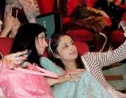 لاہور: الحمراء ہال میں ایک تقریب کے دوران لڑکیاں سیلفی بنا رہی ہیں۔
