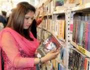 لاہور: اردو بازار میں ایک خاتون کتاب خریدنے کے لیے دیکھ رہی ہے۔