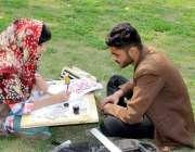 لاہور:الحمراء ہال کے صحت میں بیٹھی ایک طالبہ خطاطی کی مشق کر رہی ہے۔