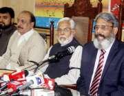 لاہور: پاکستان کیمسٹ رٹیلرز ایسوسی ایشن کے چیئرمین اسحاق میوپریس کانفرنس ..
