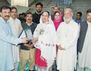 پشاور: چیف منسٹر نیشنل جونیئر والی بال چمپئن شپ افتتاح کے موقع پرآرگنائزنگ ..