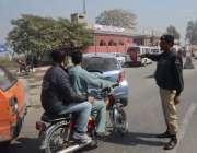 لاہور: سگیاں پل انٹر چینج پر پولیس اہلکار موٹر سائکل سوار کو رکنے کا ..