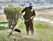 اسلام آباد: وفاقی دارالحکومت میں سی ڈی اے کا اہلکار پودوں کو پانی لگانے ..