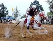راولپنڈی: سالانہ نیزہ بازی کے مقابلوں کے دوران ایک کھلاڑی کا انداز۔