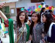 حیدر آباد: رائل برج سکول میں فوڈ فیسٹیول کے موقع پر طالبات سیلفی لے ..