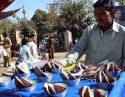 سرگودھا: ایک ریڑھی بان اناریل کی گری فروخت کر رہا ہے۔