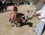 راولپنڈی: ایوب پارک میں بچے چھوٹی نسل کے گھوڑے کی سواری سے لطف اندوز ..