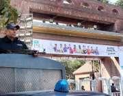 لاہور: قذافی اسٹیڈیم کے داخلی راستے پو پولیس گاہلکار الرٹ کھڑا ہے۔