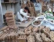 چنیوٹ: ایک کارپینٹر فرنیچر بنانے کے لیے لکڑی پر آرائش کا کام کر رہا ..
