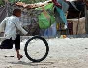 حیدر آباد: ایک خانہ بدوش بچہ کھیل کود میں مصروف ہے۔
