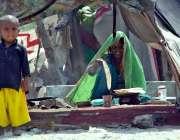حیدر آباد: ایک خانہ بدوش خاتون روٹی پکا رہی ہے۔