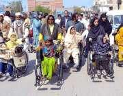 ملتان: خواتین کے عالمی دن کے موقع پر معذور خواتین ریلی میں شامل ہیں۔