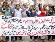 لاہور: باغبانپورہ کے رہائشی اپنے مطابات کے حق میں احتجاجی مظاہرہ کر ..
