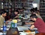 لاہور: سٹوڈنٹس پنجاب پبلک لائبریری میں کتابوں کا مطالعہ کر ر ہے ہیں۔