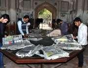لاہور: سٹوڈنٹس پنجاب پبلک لائبریری میں اخبار پڑھ رہے ہیں۔