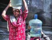 راولپنڈی: صاف پانی کی قلعت کے باعث خواتین واٹر فلٹریشن پلانٹ سے پینے ..