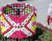 راولپنڈی: سڑک کنارے مصنوعی پھولوں کا خوبصورت ڈیزائن بنا کر سجایا گیا ..