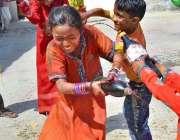 ملتان: ہندو برادری کے بچے ہولی کا تہوار منا رہے ہیں۔