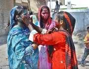 ملتان: ہندو برادری کی خواتین ہولی کا تہوار منا رہی ہیں۔