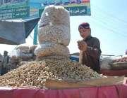 پشاور: ایک ریڑھی بان خشک میوہ جات فروخت کر رہا ہے۔
