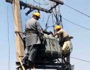 فیصل آباد: فیسکو کے اہلکار ٹرانسفارمر مرمت کرنے مصروف ہیں۔