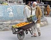 اٹک: ایک معمر شخص ریڑھی پر فروٹ لیے فروخت کے لیے جا رہا ہے۔