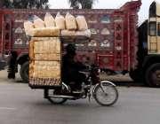 راولپنڈی: جی ٹی روڈ پر موٹر سائیکل پر اوور لوڈ سامان لیے ایک شہری جا ..