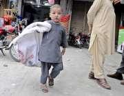 لاہور: ایک خانہ بدوش بچہ کچرے کا بورا اٹھائے منزل کی طرف رواں دواں ہے۔