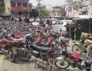 لاہور: سول سیکرٹریٹ کی نئی عمارت کے باہر قائم موٹر سائیکل سٹینڈ کے باعث ..