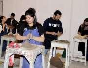 لاہور: نیشنل کالج آف آرٹس میں طلبہ و طالبات مجسمہ سازی سیکھ رہے ہیں۔