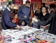 لاہور: لبرٹی مارکیٹ میں خواتین خریداری کر رہی ہیں۔