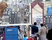 لاہور: میو ہسپتال میں مریضوں کے ساتھ آنیوالے لواحقین بند دروازہ پھلانگ ..