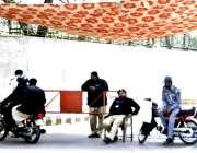 لاہور: پنجاب اسمبلی کے اجلاس کے موقع پر ایک پولیس افسر اورٹریفک وارڈن ..