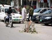 لاہور: الفلاح بلڈنگ کے قریب سڑک کے درمیان کھلا مین ہال انتظامیہ کا منہ ..