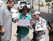 کراچی: محکمہ شماریات کے زیر اہتمام ہونیوالی مردم شماری کے دوران ایک ..