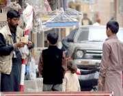 راولپنڈی: ایک محنت کش پھری لگا کر گٹا فروخت کر رہا ہے۔