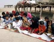 بہاولپور: بچے بچے غیر رسمی سکول میں کھلے آسمان تلے تعلیم حاصل کر رہے ..
