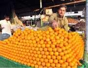 اسلام آباد: وفاقی دارالحکومت میں ایک ریڑھی بان تازہ فروٹ سجائے گاہکوں ..