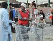 اسلام آباد: وفاقی دارالحکومت میں مزدور منڈی میں دیہاڑی کے انتظار میں ..
